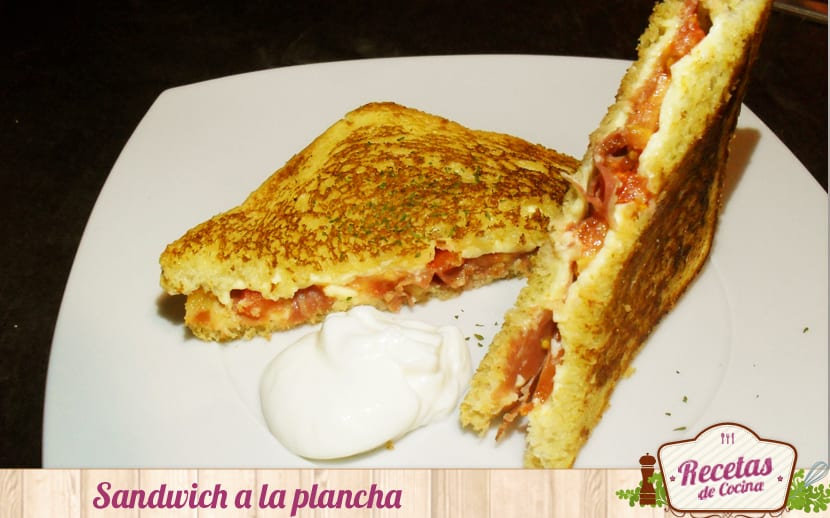 Sandwich a la plancha de jamón, tomate y queso