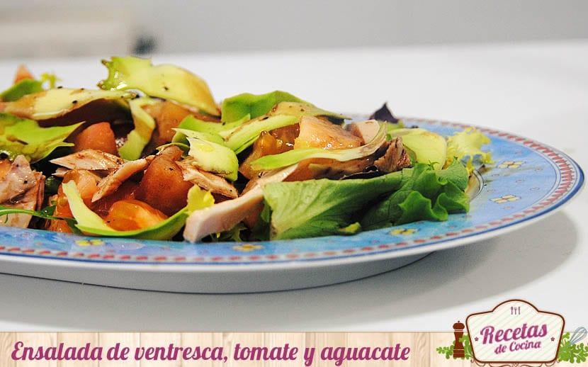 Ensalada de ventresca de bonito, tomate y aguacate