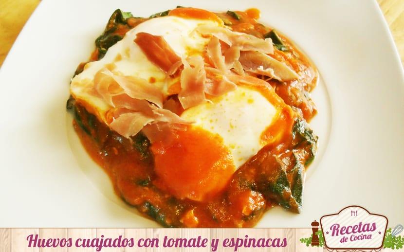 Huevos cuajados con tomate y espinacas