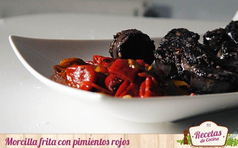 morcilla frita con pimientos rojos