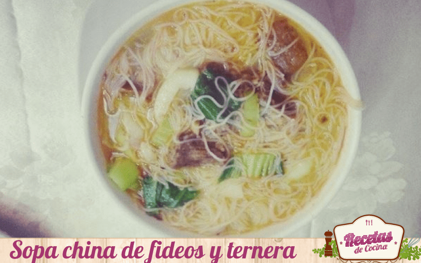 Sopa china de fideos de arroz y ternera