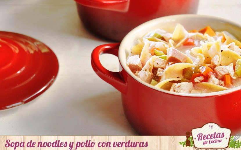 Sopa de noodles y pollo con verduras
