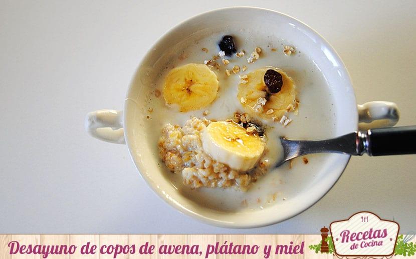 Desayuno de copos de avena, plátano y miel