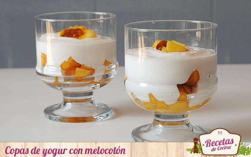 Copas de yogur y melocotón