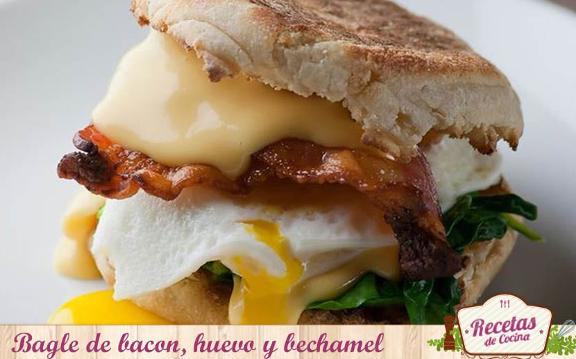 bagle de bacon ,huevo y bechamel