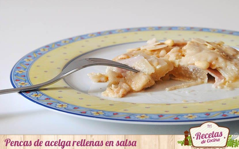 Pencas de acelga rellenas de jamón y queso en salsa