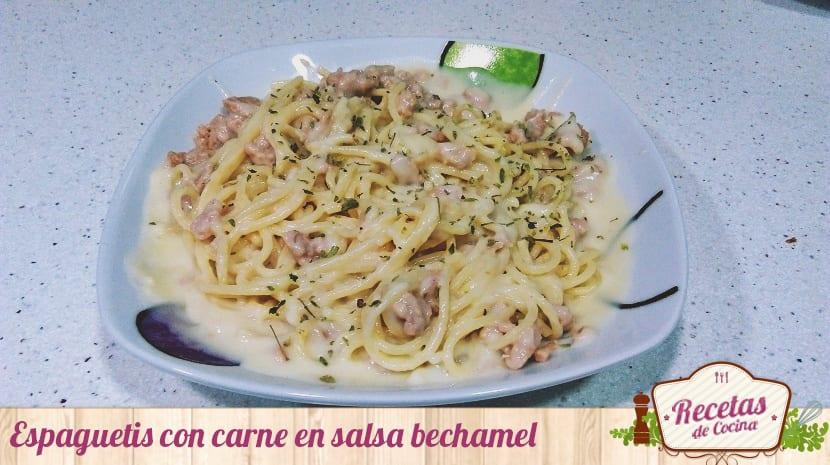 Espaguetis con carne en salsa bechamel