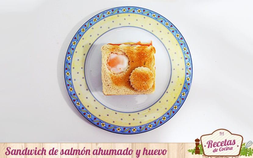 Sandwitch de salmón ahumado y huevo frito