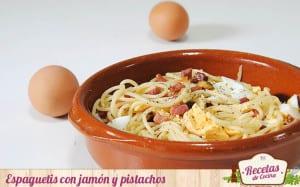 Espaguetis con jamón y pistachos