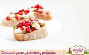 Tostas de queso, pistachos y granadas