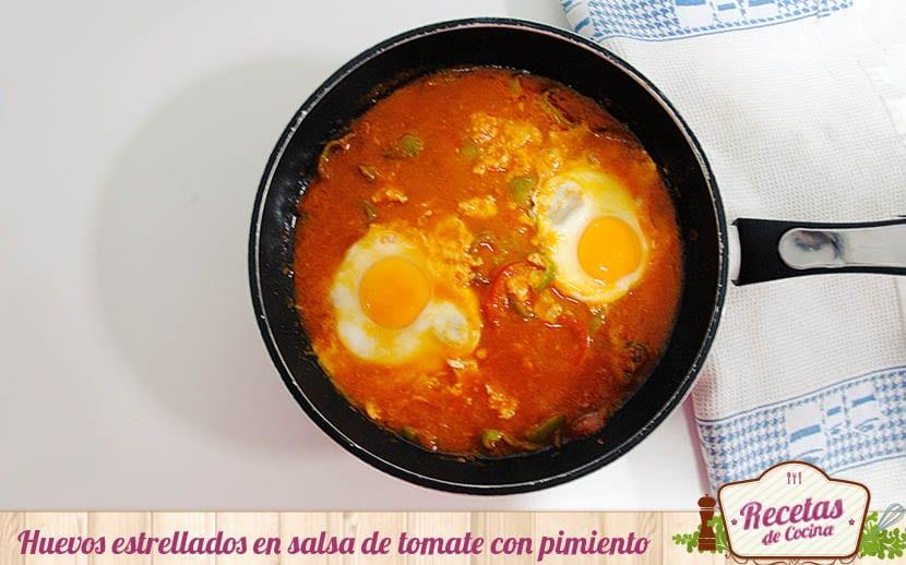 Huevos estrellados en salsa de tomate con pimiento