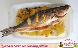 Lubina al horno sobre base de patatas y cebolla