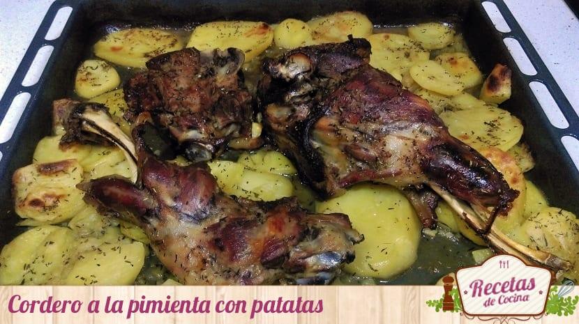 Cordero a la pimienta con patatas