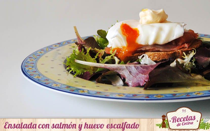 Ensalada con salmón ahumado y huevo escalfado