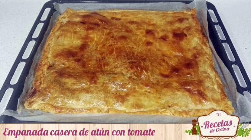 Empanada casera de atún con tomate