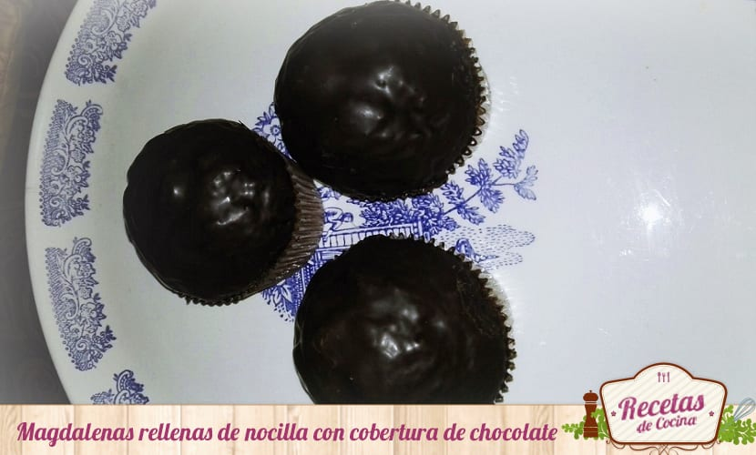 Magdalenas rellenas de nocilla con cobertura de chocolate