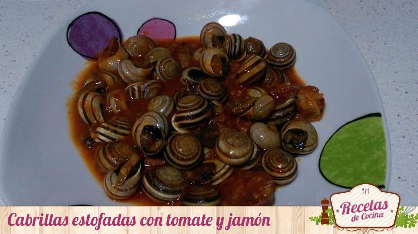 Cabrillas estofadas con tomate y jamón