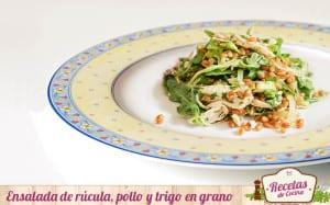 Ensalada de rúcula, pollo y trigo en grano