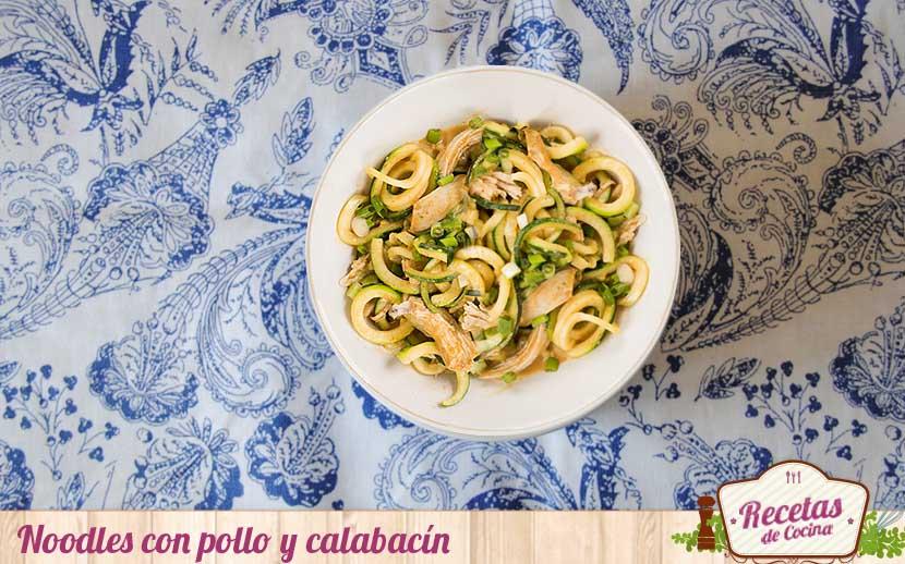 Noodles con pollo y calabacín