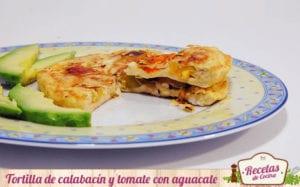 Tortilla de calabacín y tomate con aguacate