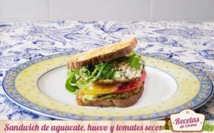 Sandwich de aguacate, huevo y tomates secos