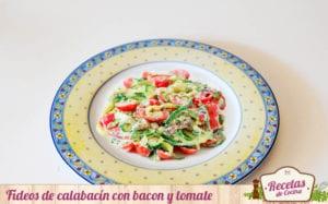Fideos de calabacín con bacon y tomate