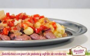 Salchichas con puré de patata y sofrito de verduras