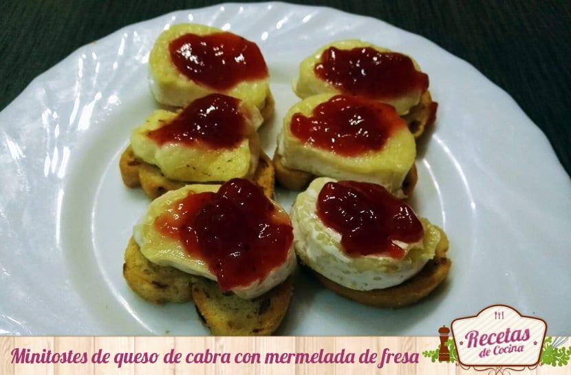 Minitostes de queso de cabra con mermelada de fresa