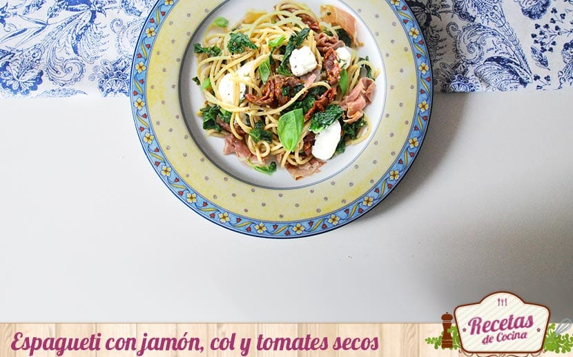 Espaguetis con col y tomates secos
