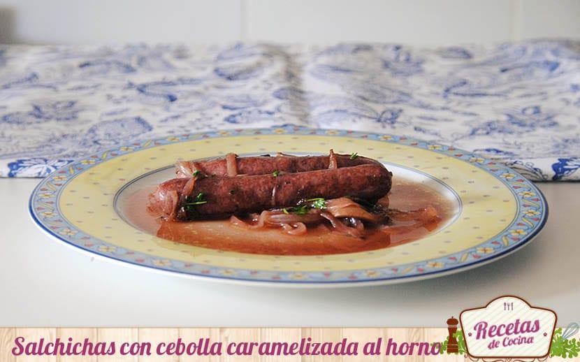 Salchichas con cebolla caramelizada, al horno