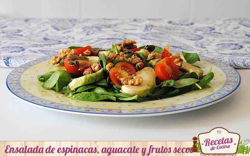 Ensalada de espinacas, aguacate y frutos secos