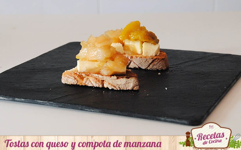 Tostas con queso y compota de manzana