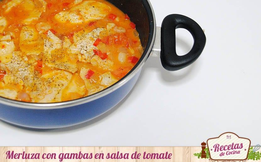 Merluza con gambas en salsa de tomate