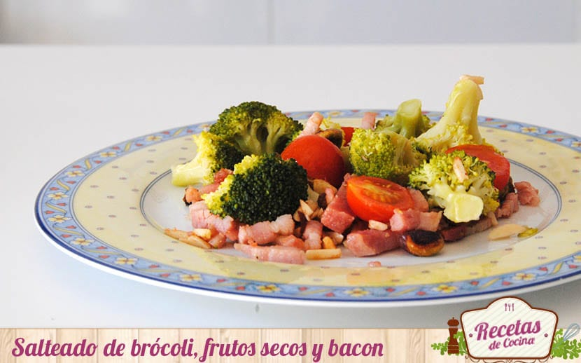 Salteado de brócoli, frutos secos y bacon