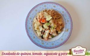 Ensalada de quinoa, tomate, aguacate y pera