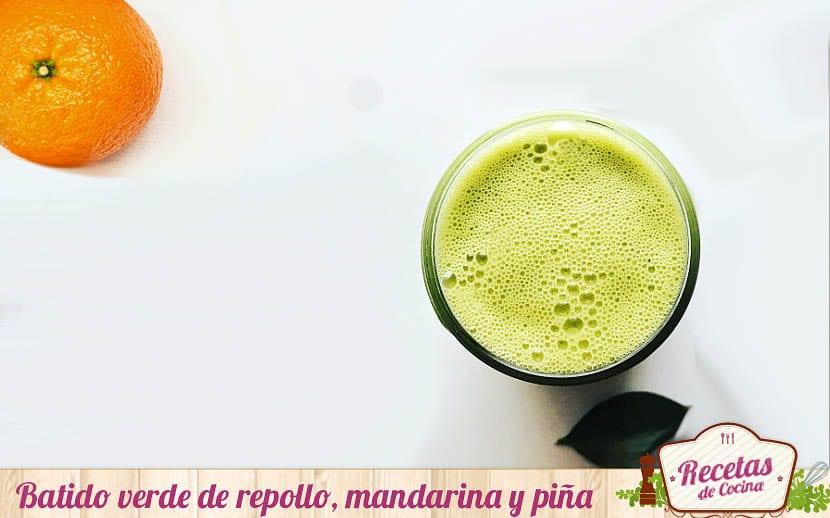 Batido verde de repollo, mandarina y piña