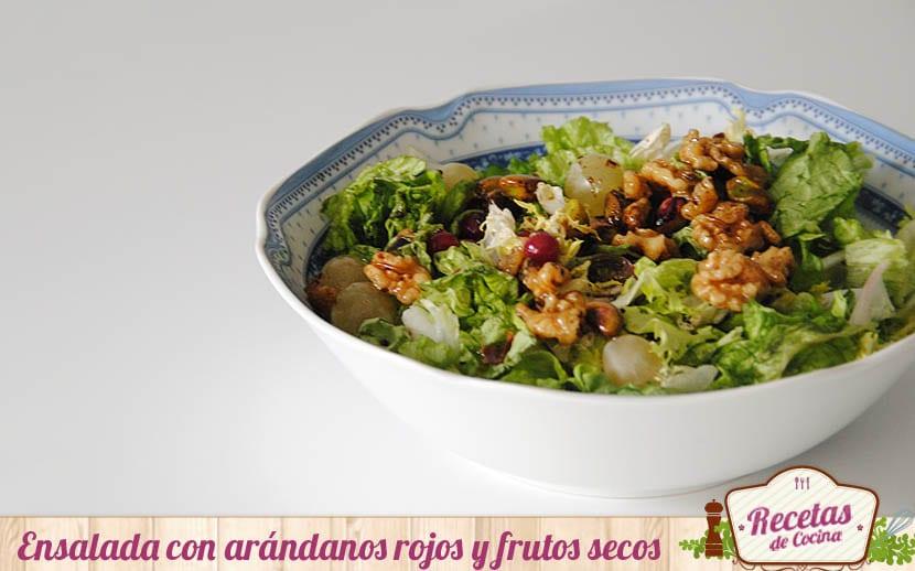 Ensalada con arándanos rojos y vinagreta de frutos secos