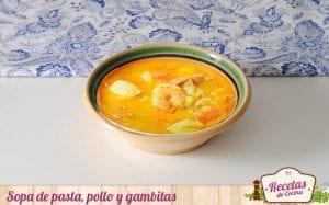 Sopa de pasta, pollo y gambitas