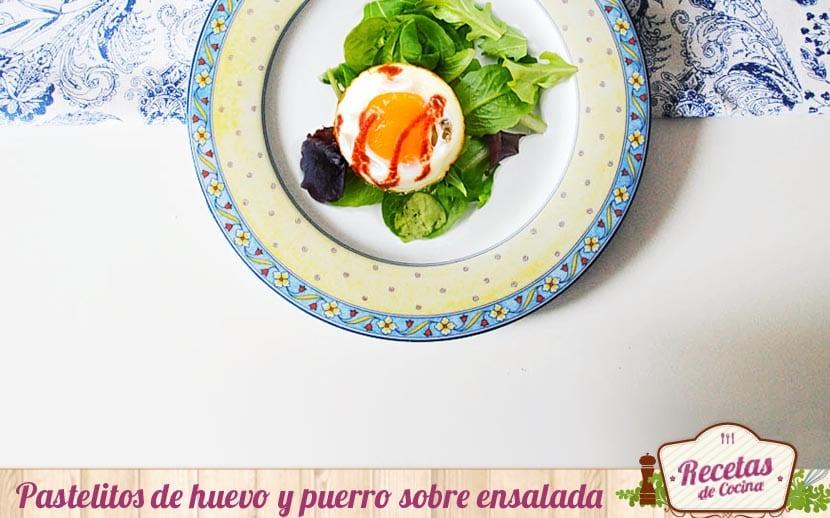 Pastelitos de puerro y huevo sobre ensalada