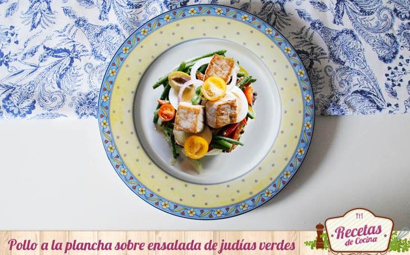 Pollo a la plancha sobre ensalada de judías verdes