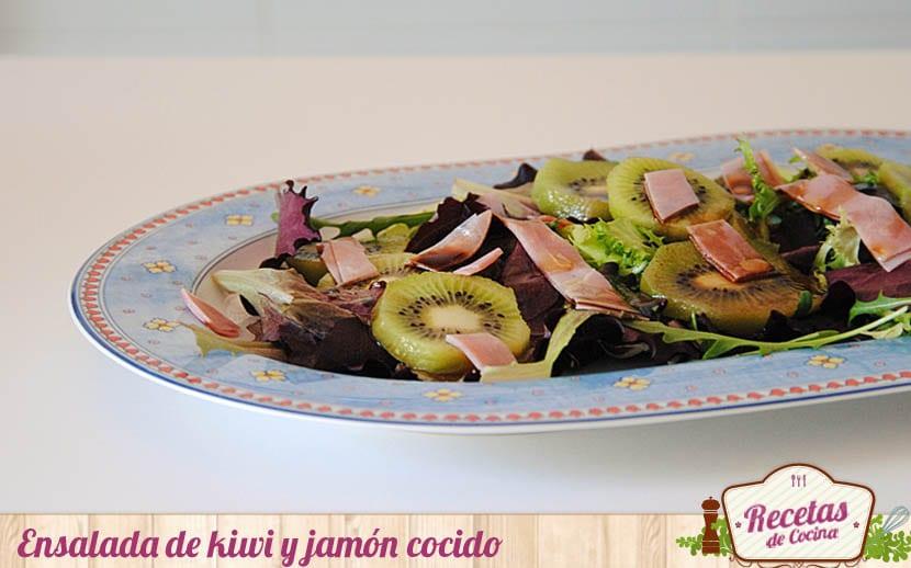 Ensalada de kiwi y jamón cocido