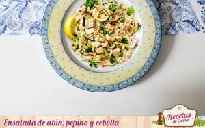 Ensalada de atún, pepino y cebolla