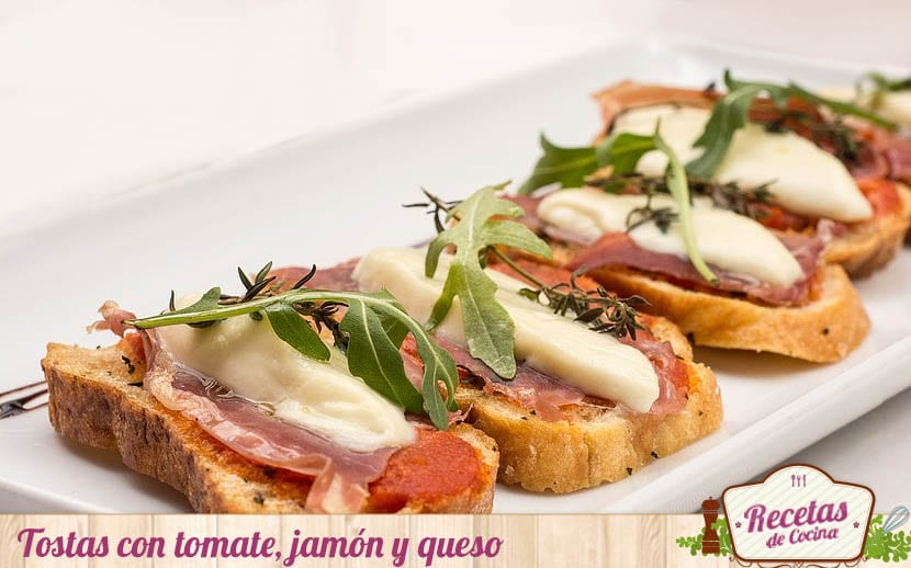 Tostas de tomate, jamón y queso