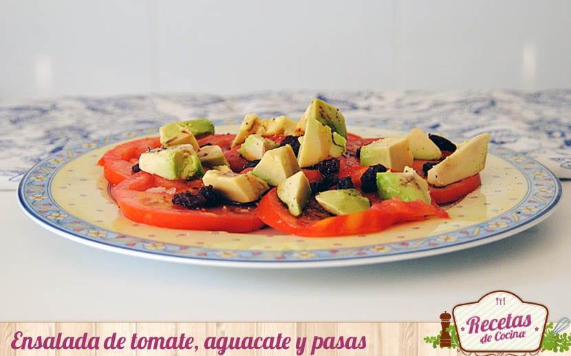 Ensalada de tomate, aguacate y pasas