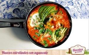 Huevos estrellados con tomate y aguacate