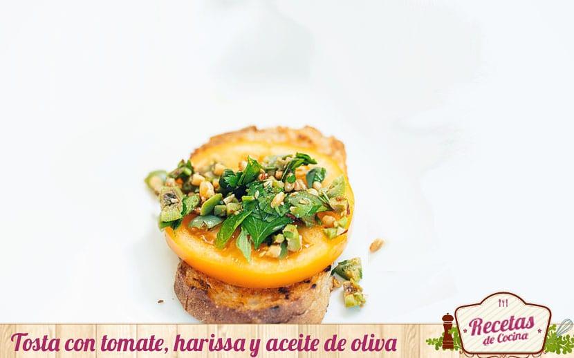 Tostas de tomate, harissa y aceite de oliva