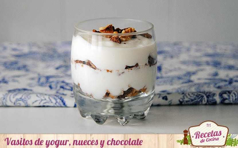 Vasitos de yogur, nueces y chocolate