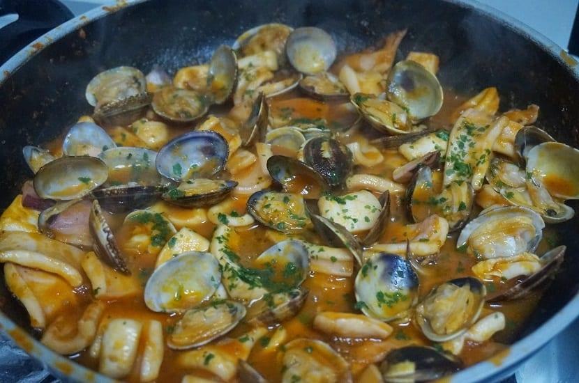 Cazuela de almejas con sepia en salsa un rico plato for Como preparar almejas en salsa