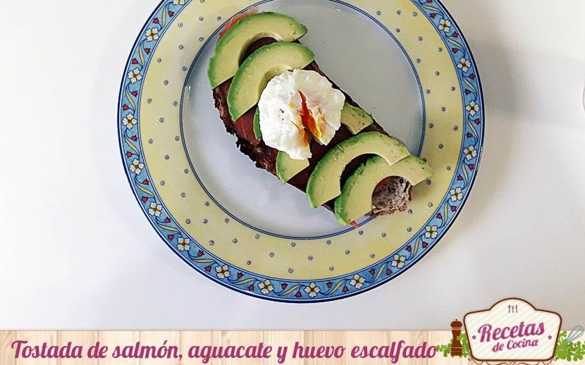 Tostada de salmón, aguacate y huevo escalfado