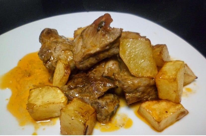 Costillas en salsa con patatas
